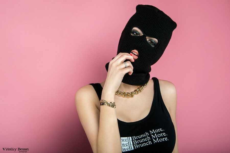 девушка в маске вора