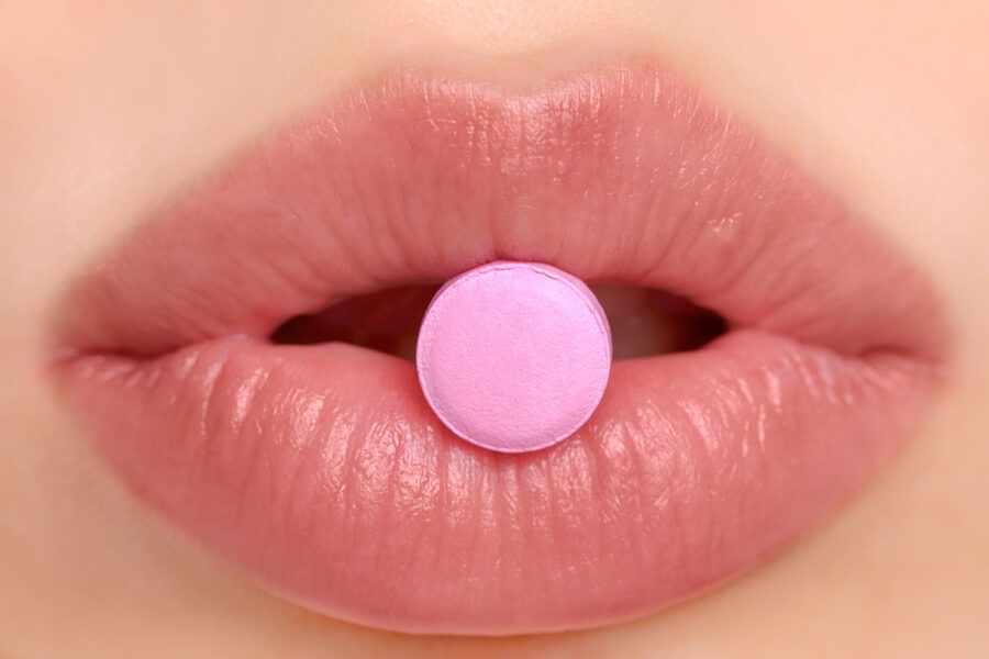 таблетка во рту у женщины