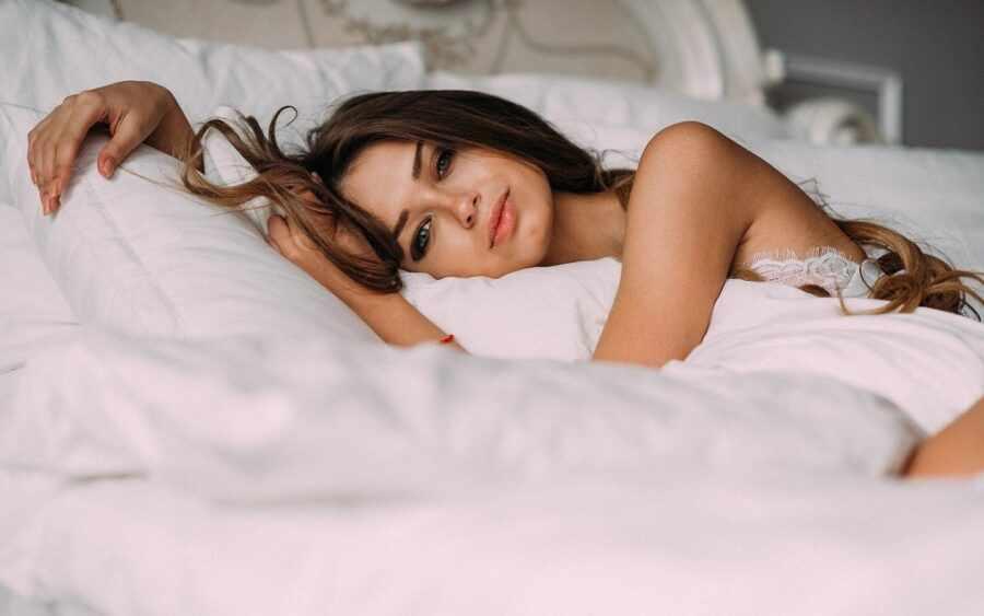 красивая девушка лежит в постели
