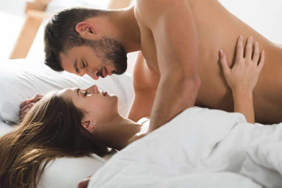 пара лежит в постели