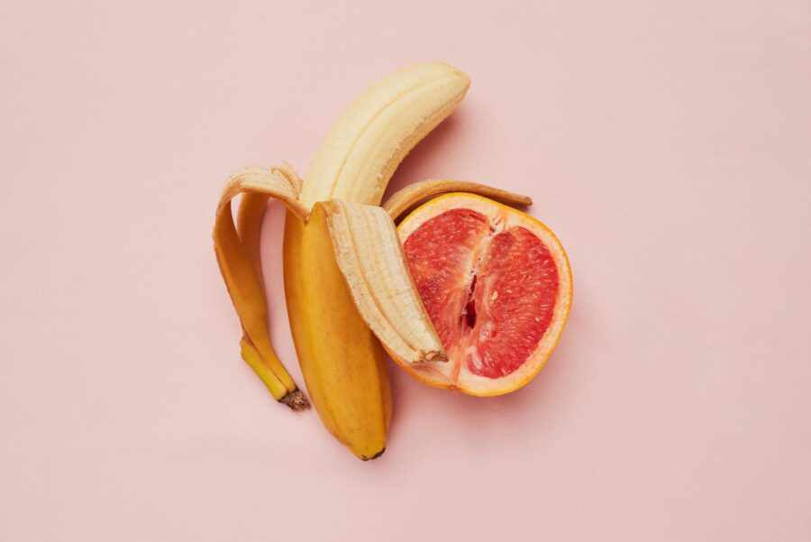 банан рядом с грейпфрутом
