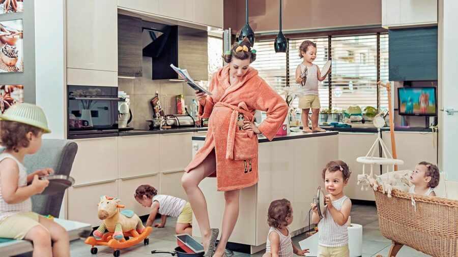 измученная женщина с детьми