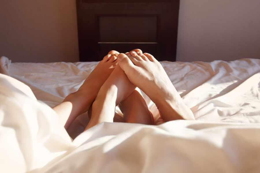 ноги под одеялом