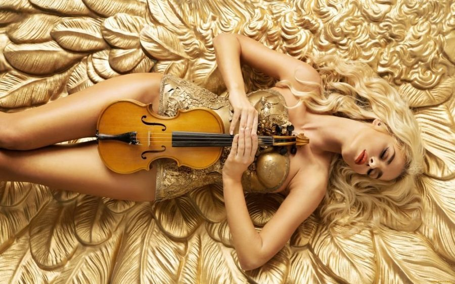 сексуальная девушка со скрипкой