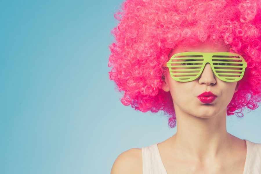 розовый парик