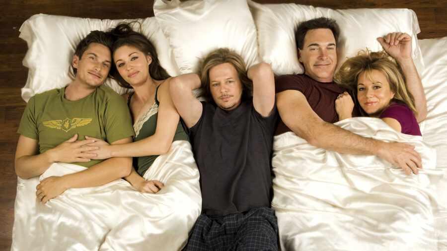 много людей в постели