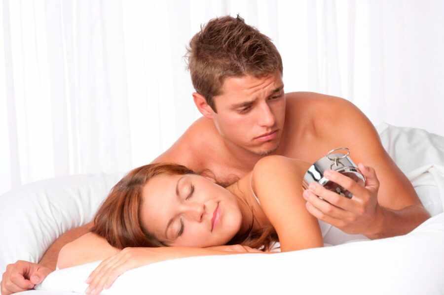 пара в постели с часами
