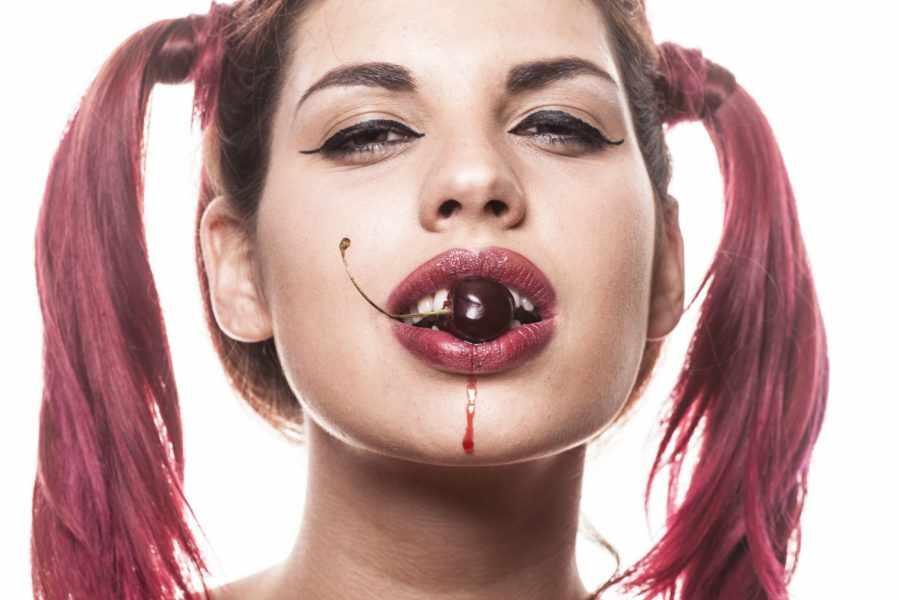 девушка с вишней во рту