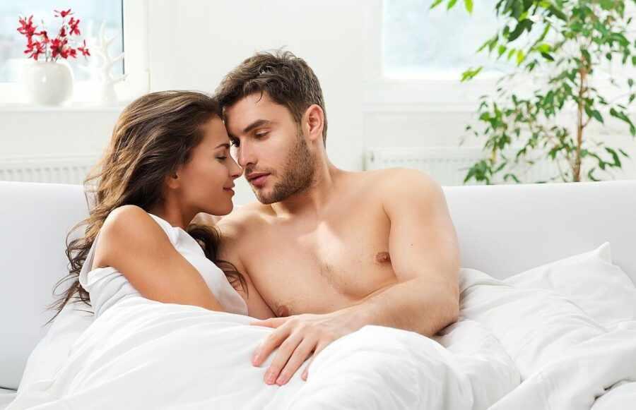 девушка и парень разговаривают в постели