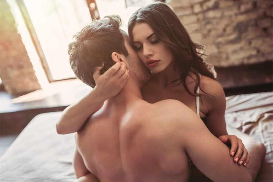 мужчина и девушка на кровати