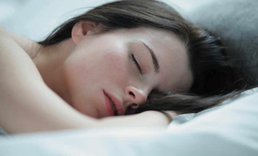 красивая девушка спит