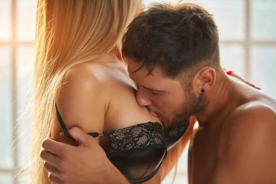 целует грудь