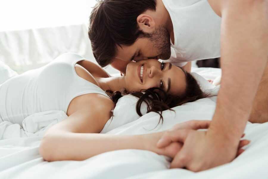 пара в постели 3