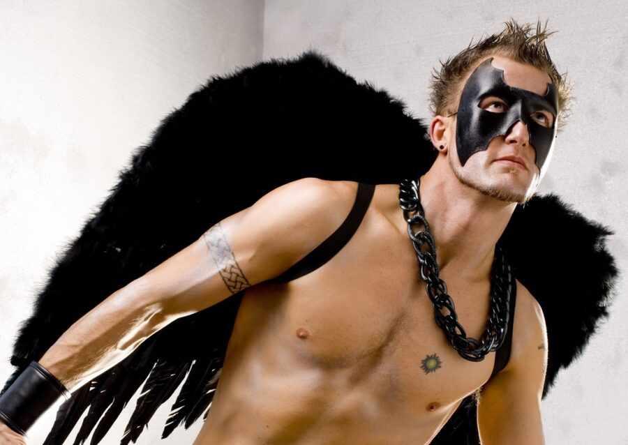 парень в костюме ангела