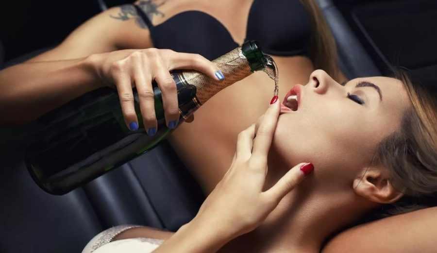 Мастурбация с шампанским