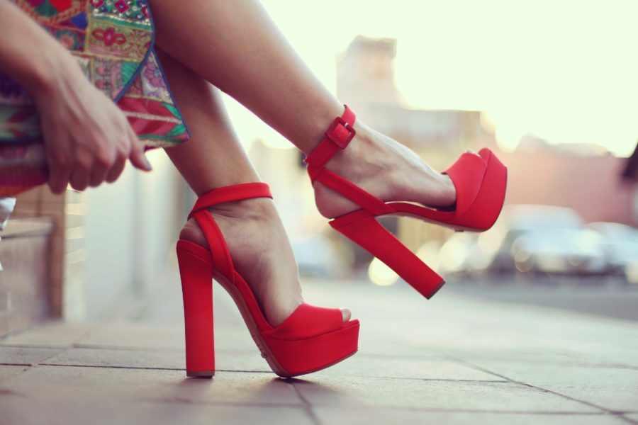 зачем девушки носят каблуки