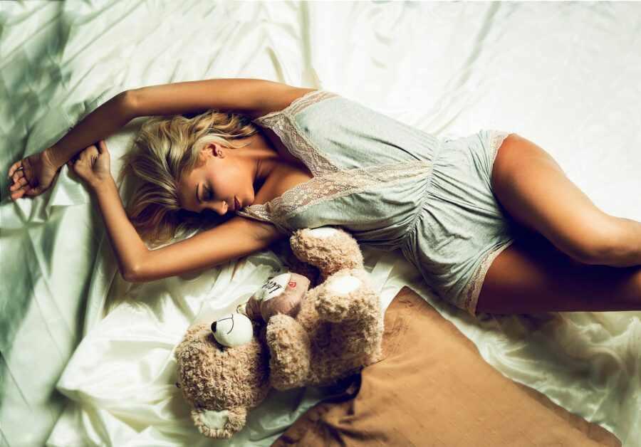 девушка красиво спит