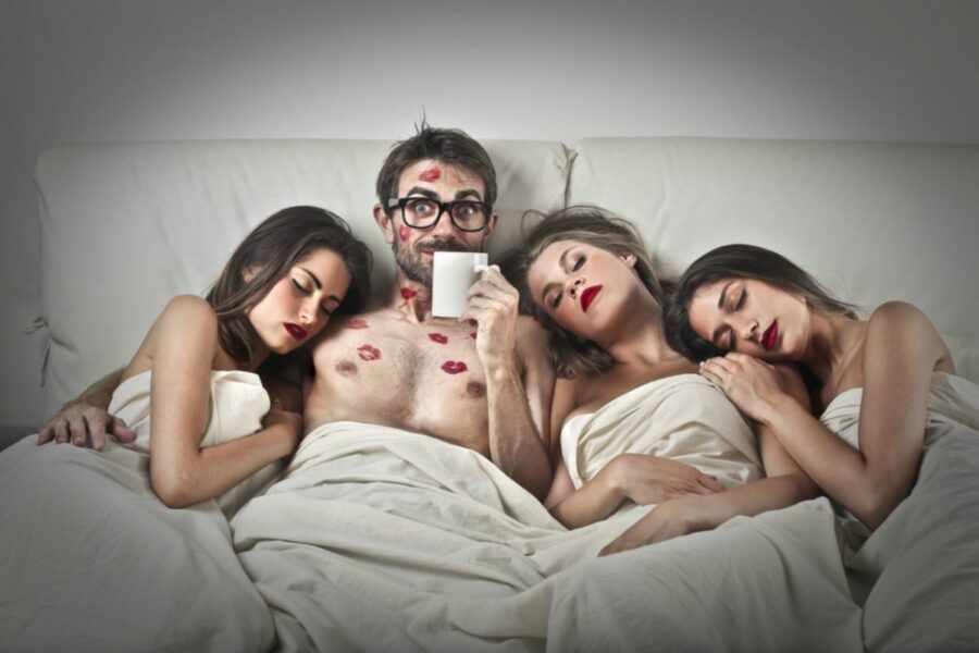 мужчина и три девушки