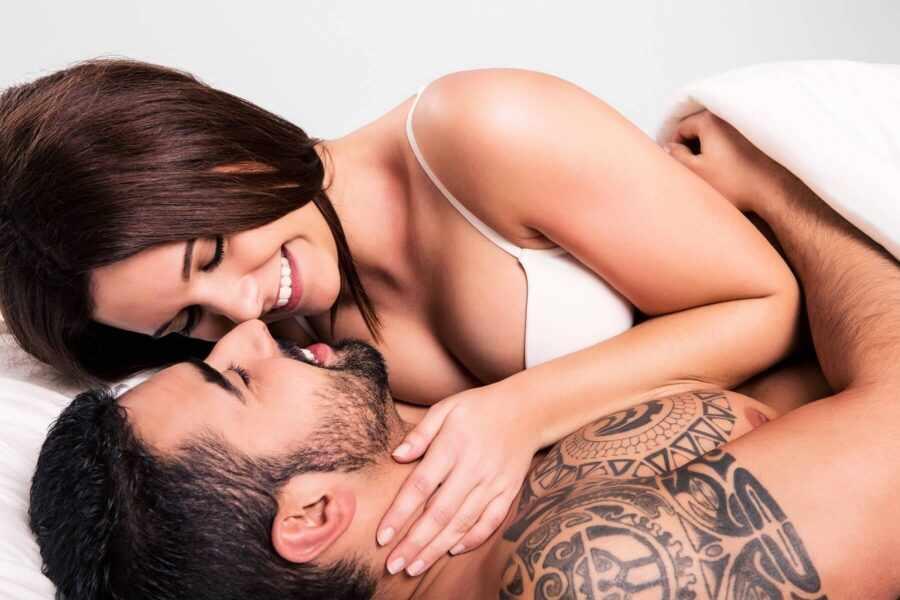 девушка с мужчиной в постели