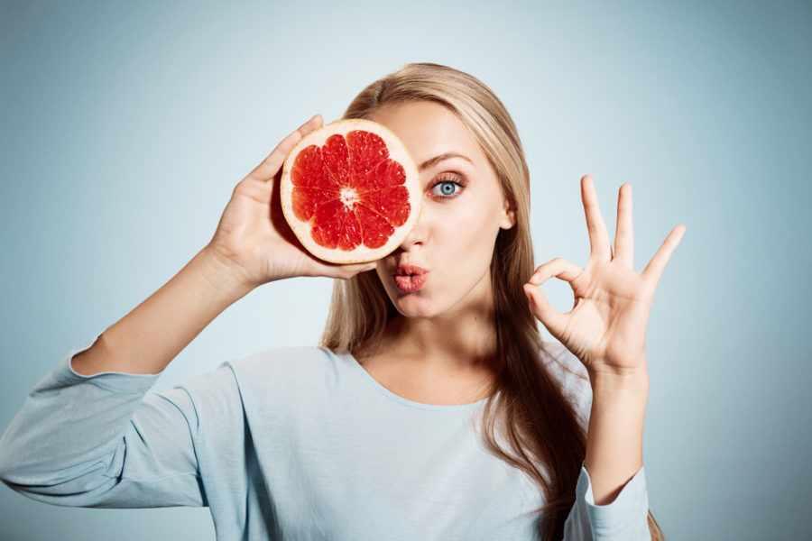 девушка держит грейпфрут