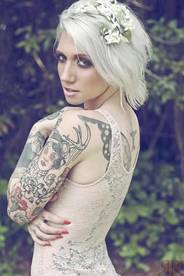 Какое значение татуировки у девушки? На спине или ноге - фото.