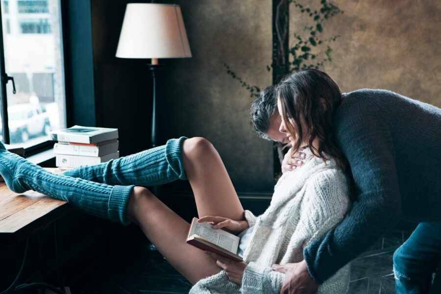 парень и девушка с книгой