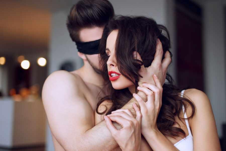 страстная пара в спальне