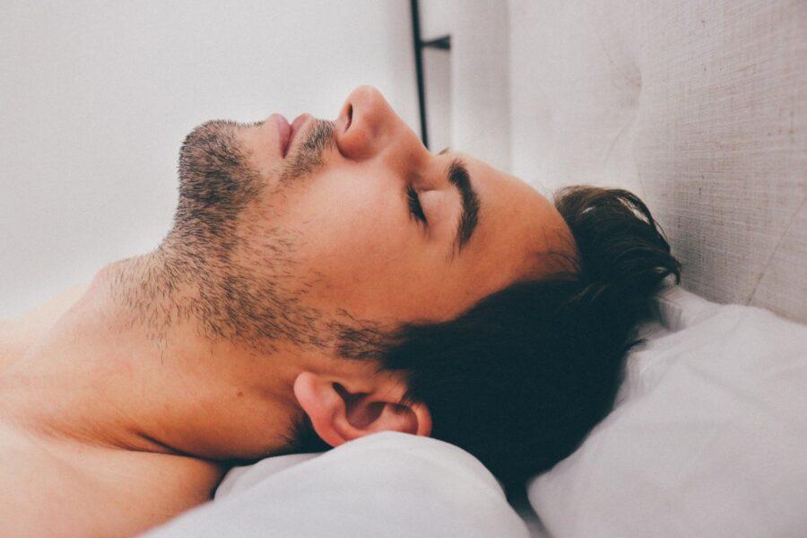 парень красиво спит
