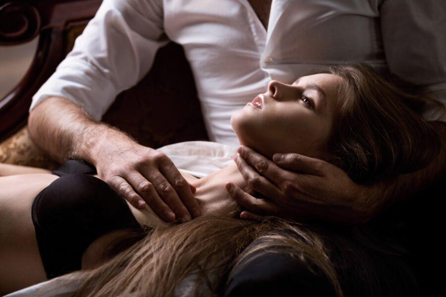 девушка лежит на коленях у парня