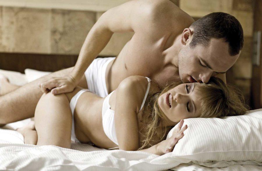 девушка и парень на постели
