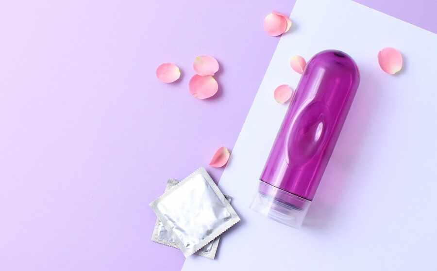 фиолетовый лубрикант и презерватив