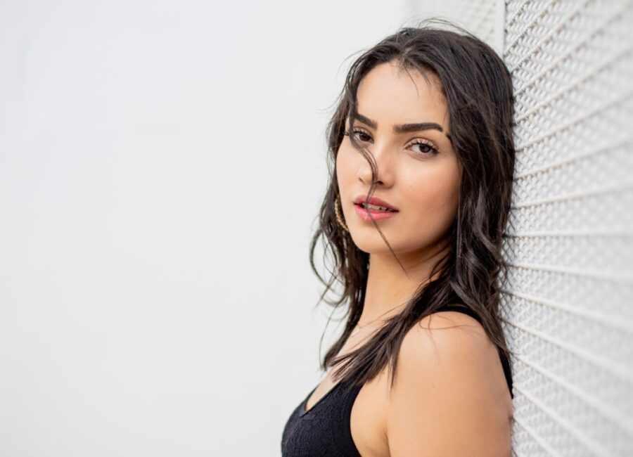 девушка на фоне стены