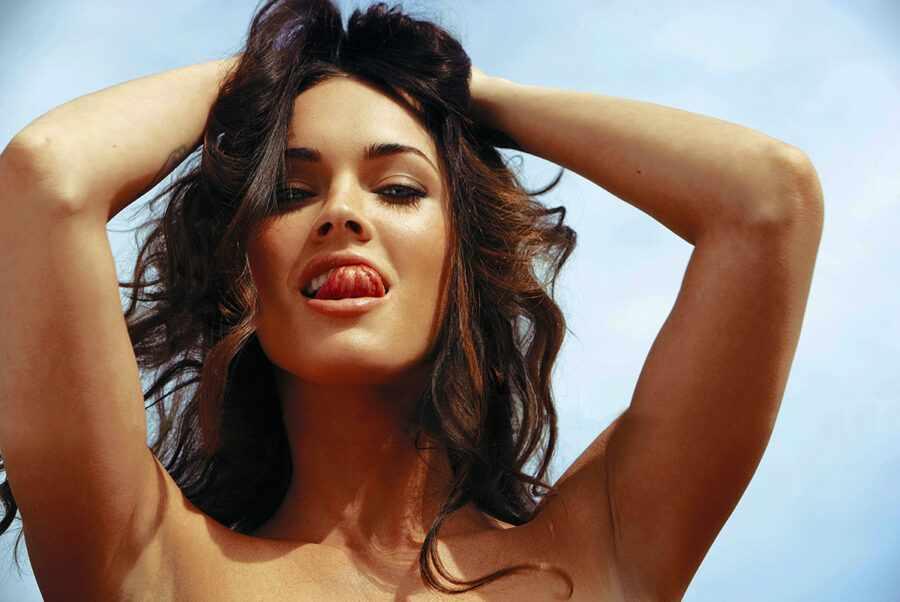 сексуальная девушка показывает язык