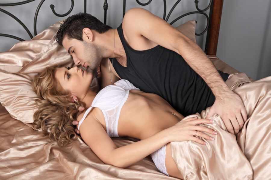 пара нежится в постели