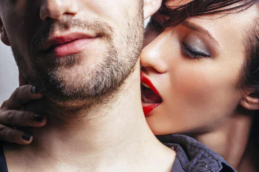 Как возбудить поцелуем