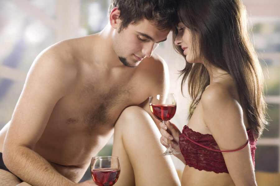 парень и девушка пьют вино