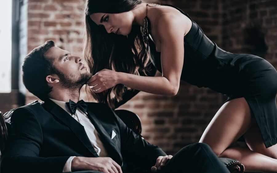 страсть мужчина в костюме и девушка