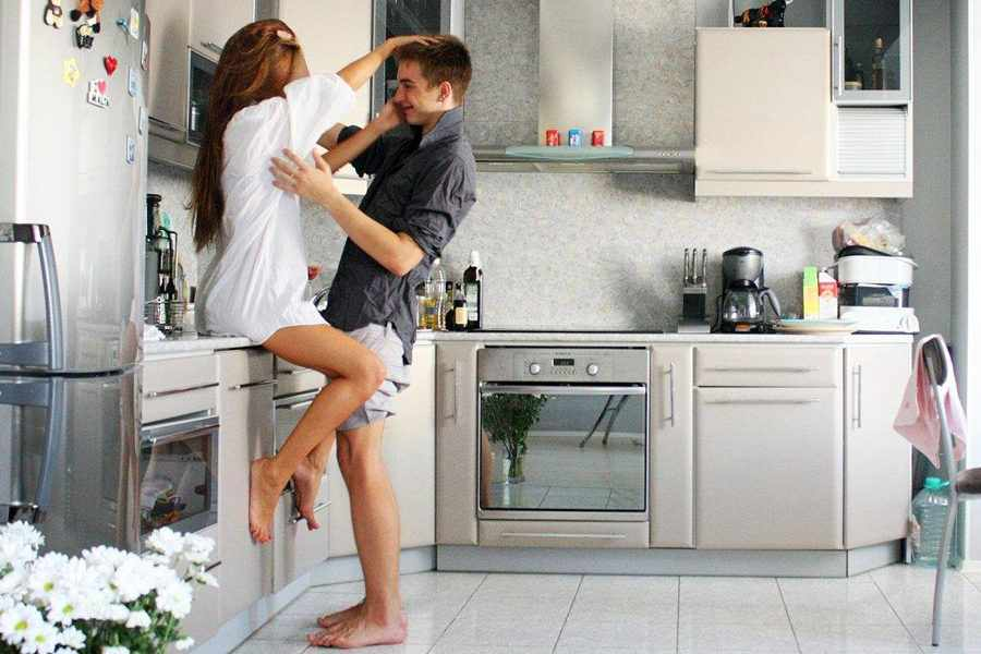секс дома на кухне