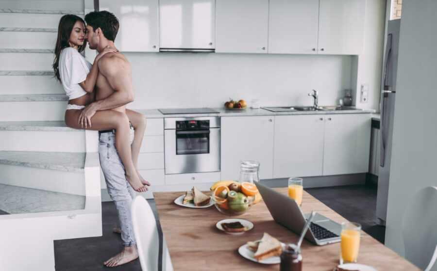 пара на кухне целуется