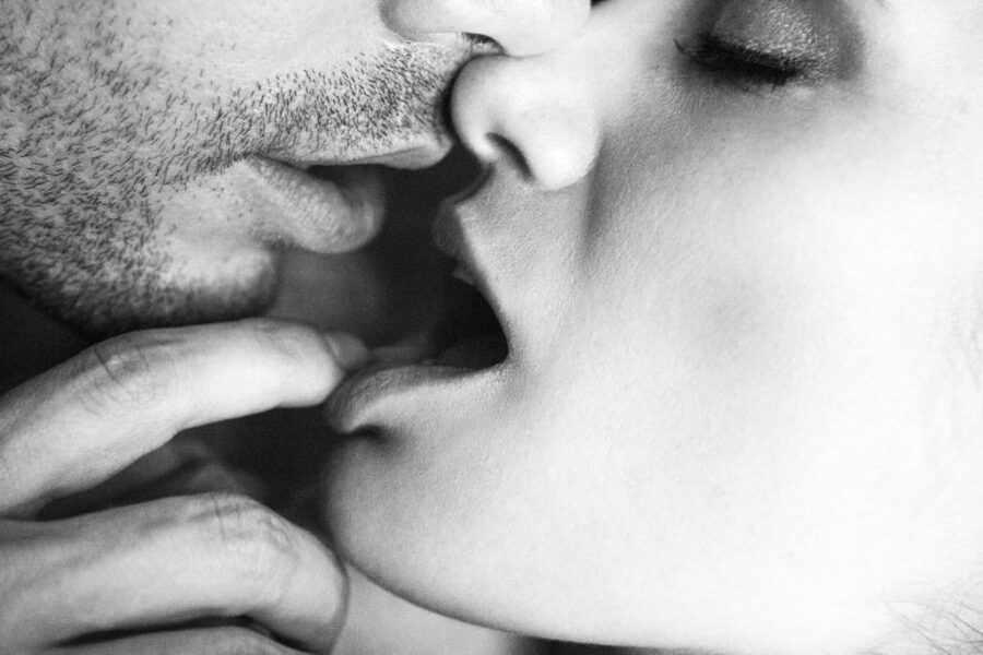 девушка кусает парня за губу