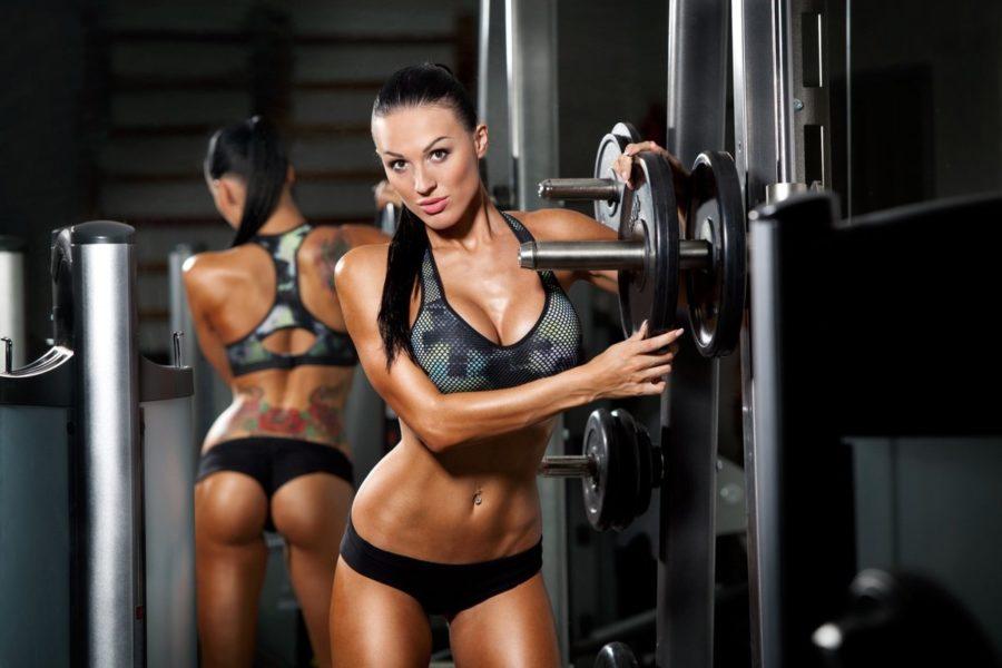 девушка в фитнес зале