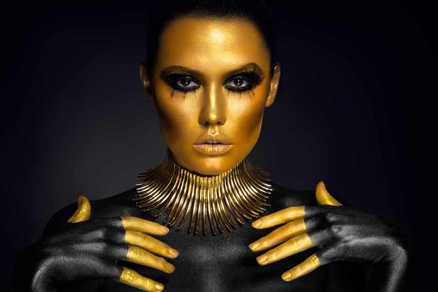 девушка в золотой краске