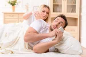 Следить за супругом