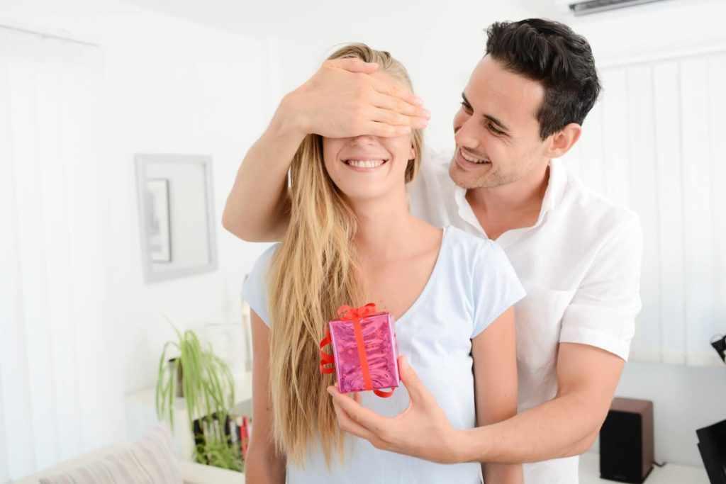 Дарить подарки жене