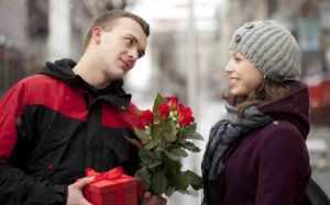 Дарить подарок девушке