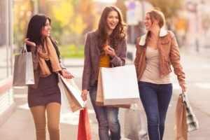 Ходить с подружками по магазинам