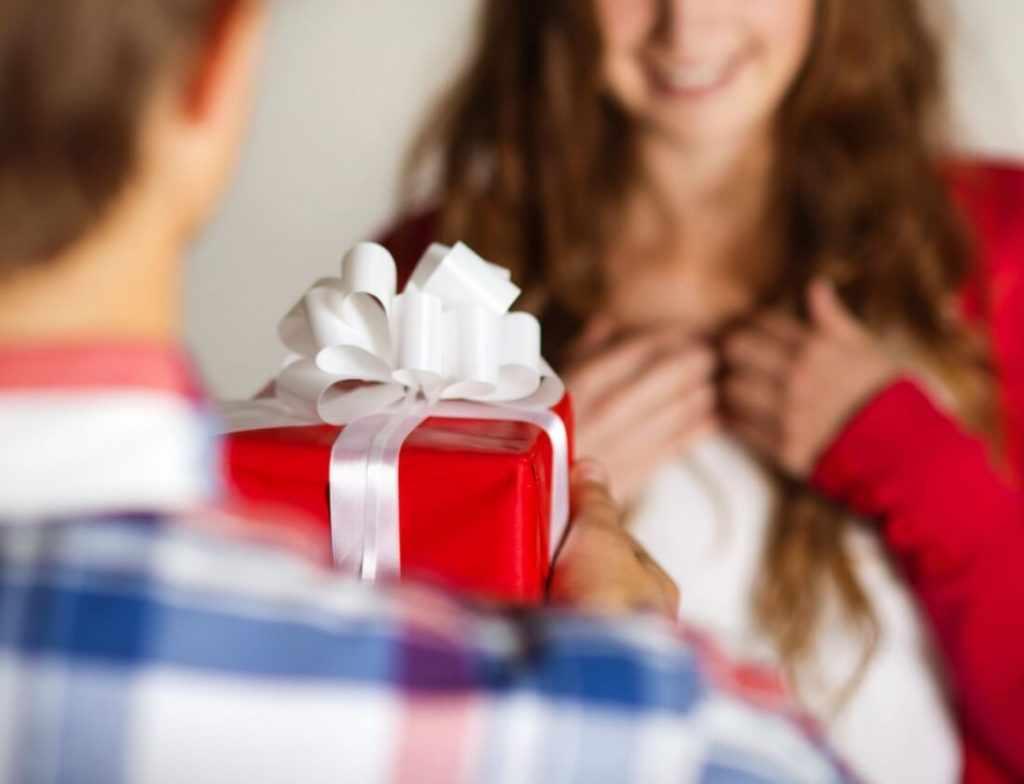 Дарить жене подарок