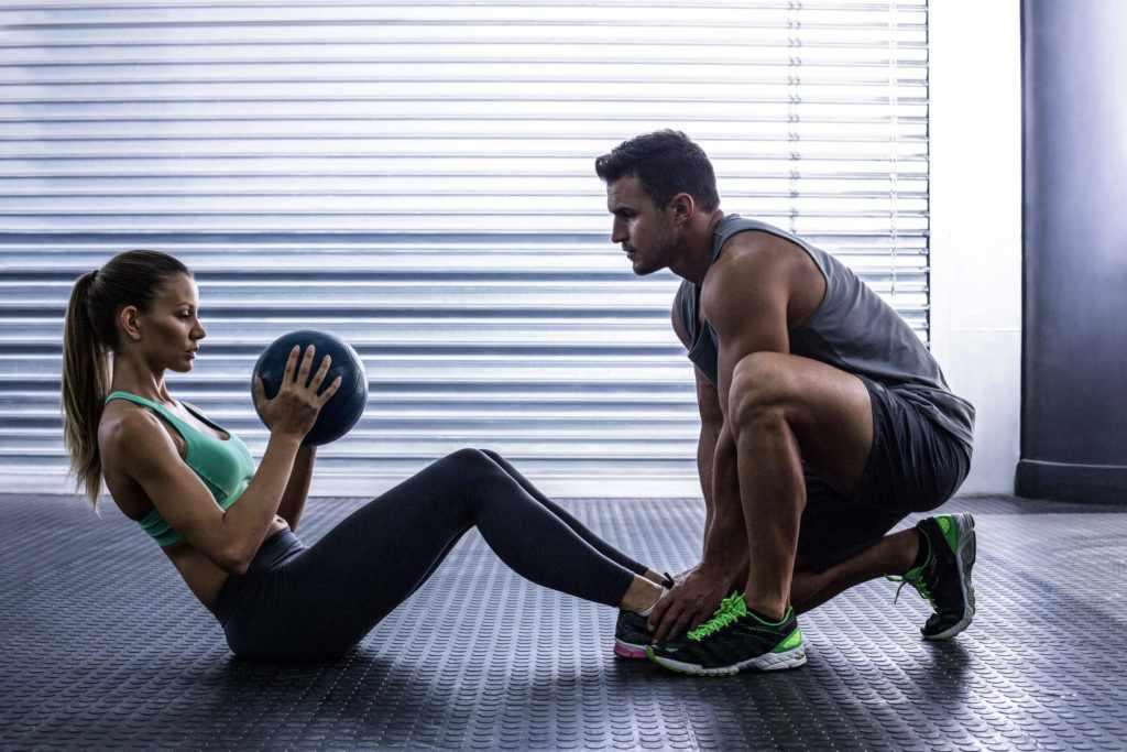 Тренировки в спортивном зале с тренером-мужчиной