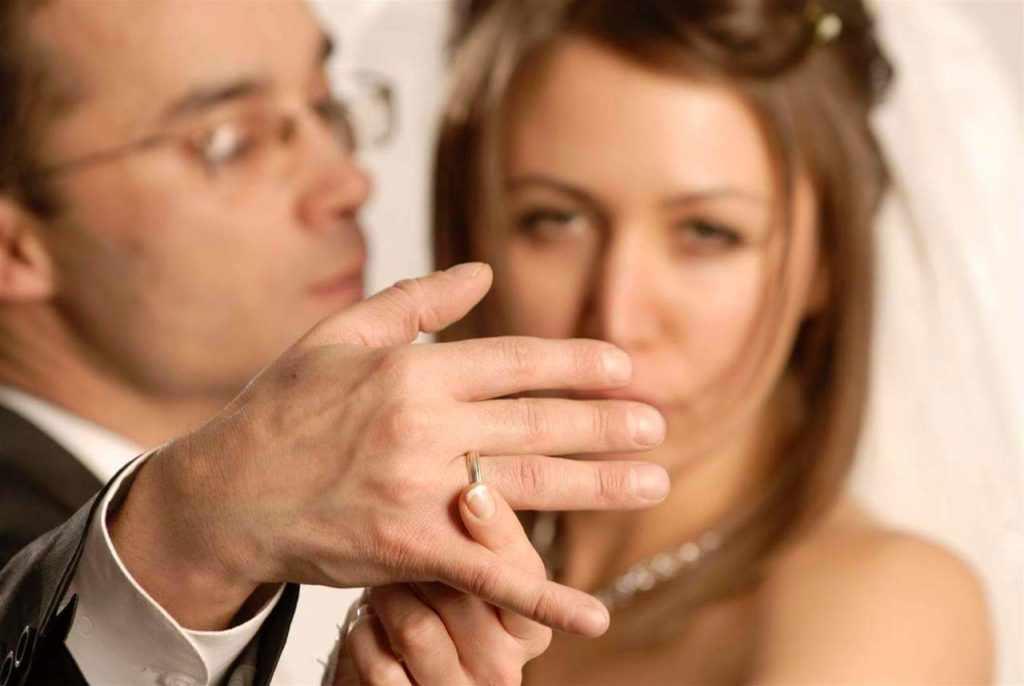 Мужчина с кольцом на пальце