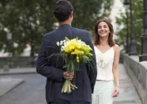 Дарить девушке цветы